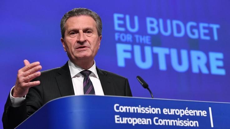 """Ue, Oettinger avverte l'Italia: """"Scattano penali se non versa i contributi"""". Di Maio: """"Ipocrita"""""""