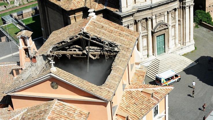 """Roma, crolla il tetto della chiesa San Giuseppe dei Falegnami. Il parroco: """"Poteva essere una strage"""""""