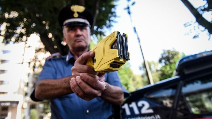 Sicurezza, debutta il taser e Salvini rilancia. Troppi dubbi su uso della pistola
