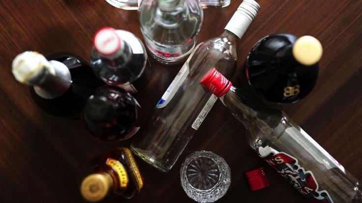 Allarme binge drinking per gli adolescenti: l'abbuffata alcolica porta alla dipendenza