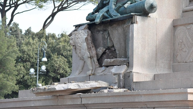 roma statua garibaldi fulmine danni