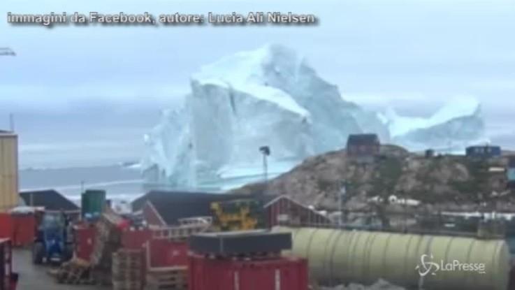 Enorme iceberg alla deriva in Groenlandia