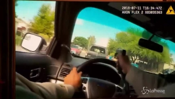 Usa, poliziotto spara attraverso il parabrezza mentre insegue un sospetto