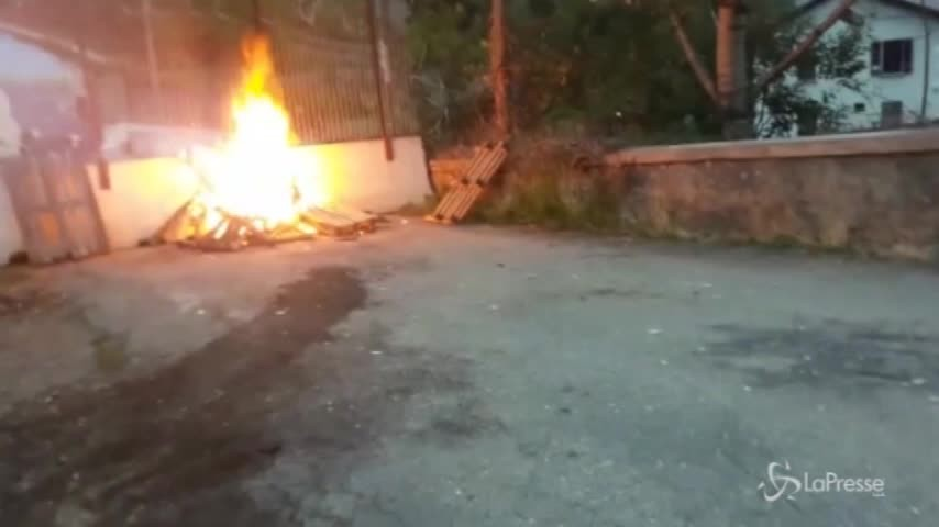 No Tav, tensione in Val di Susa: petardi e fuochi d'artificio contro il cantiere di Chiomonte