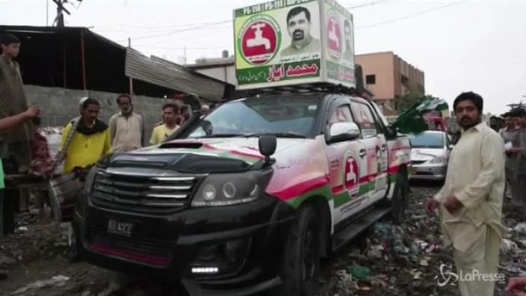 Pakistan, la campagna elettorale di Ayaz Memon Motiwala tra spazzatura e fogne