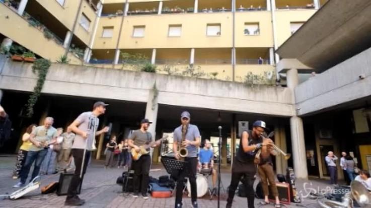 Milano, street parade a suon di Jazz tra le case popolari