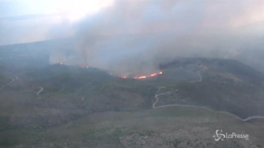 La Grecia brucia: le immagini dei roghi riprese da un elicottero