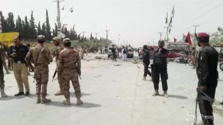 Pakistan: attentato al seggio a Quetta, decine di morti