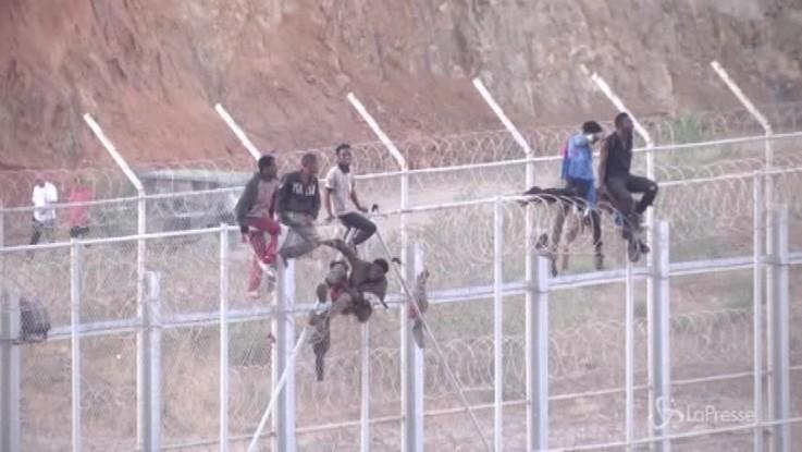 Migranti, in 600 assaltano la frontiera di Ceuta