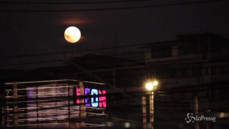 Eclissi totale di Luna: dalle 21 si tingerà di rosso