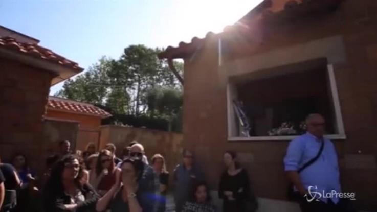Roma, palloncini bianchi e rossi ai funerali Matteo Barbieri