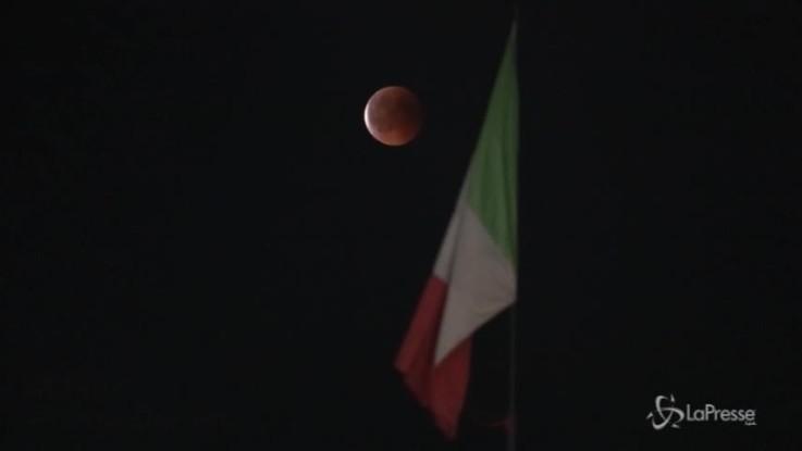 Eclissi: anche a Milano tutti col naso all'insù
