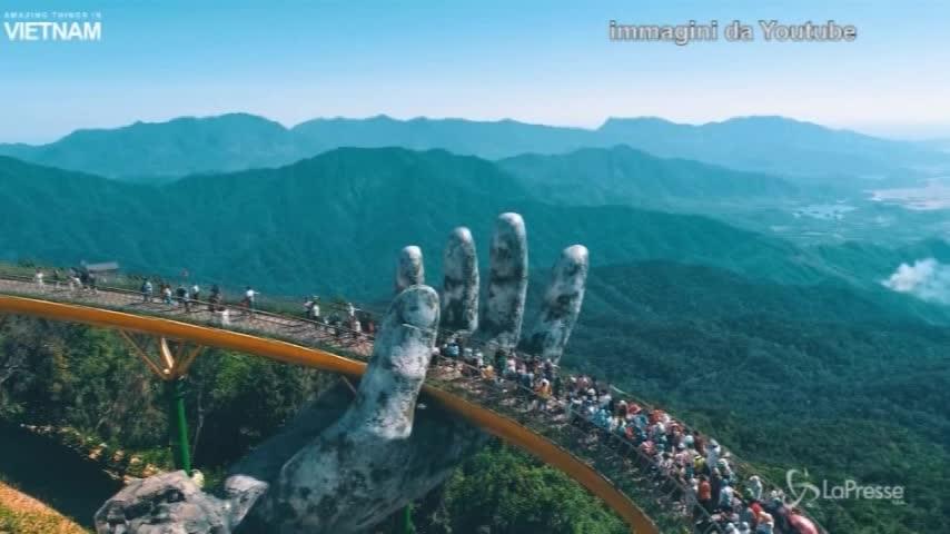 Vietnam, il ponte è sorretto da due enormi mani