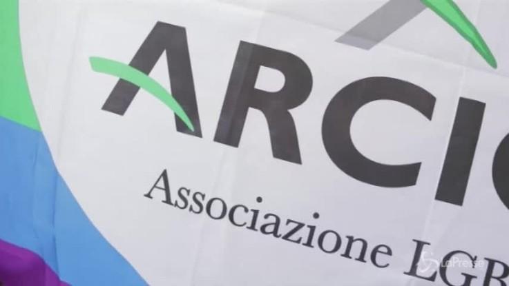 Torino, presidio Arcigay e flashmob per il 19enne aggredito