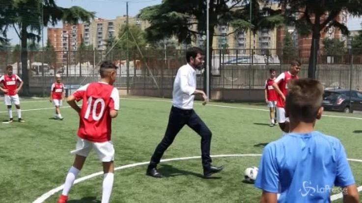 Scampia, per Martina partitella con i ragazzi della scuola calcio