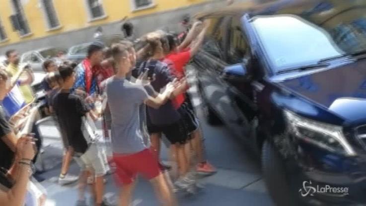 Milan, l'assalto dei tifosi all'auto di Caldara
