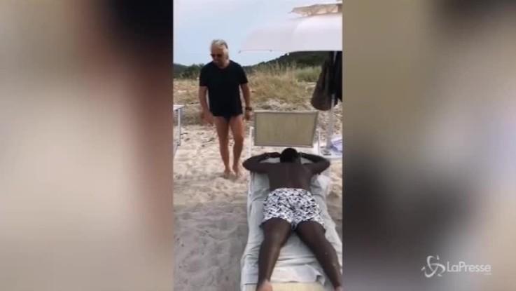 """""""C'è un nero in spiaggia. Salvini, dove sei?"""": l'ironia di Grillo su Facebook"""
