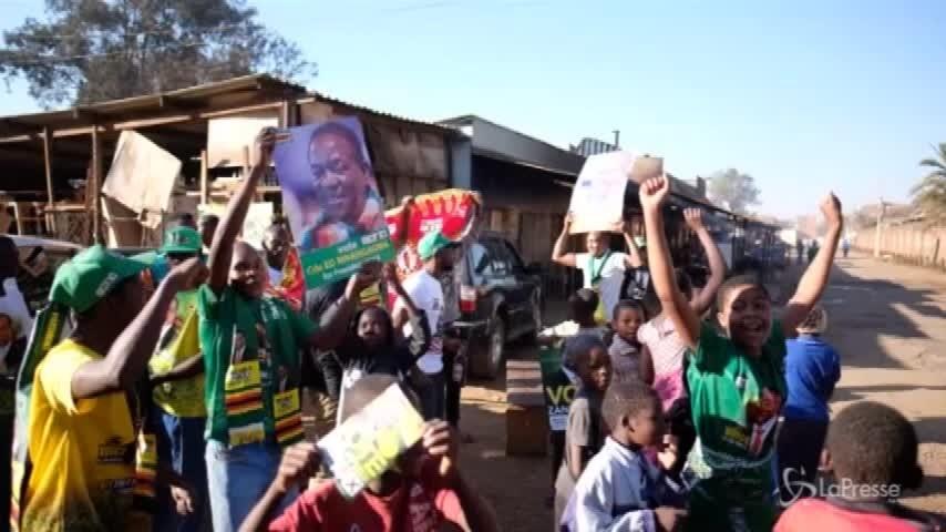 Zimbabwe, folla in strada festeggia il neo presidente Mnangagwa