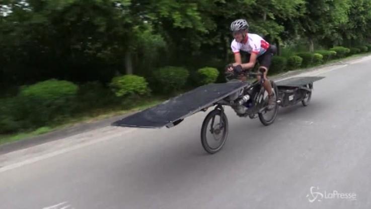 Il ciclista belga Raf Van Hulle arriva in Cina dopo 12.000 km in bici