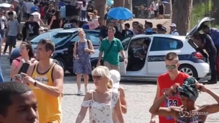 Colosseo, turisti assediati dai venditori abusivi