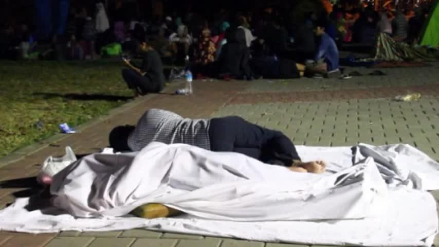 Sisma Indonesia, la disperazione delle persone costrette a dormire in strada
