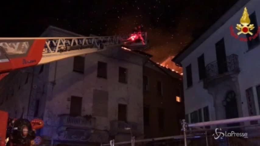 Varese, incendio sul tetto a Luino: l'intervento dei vigili del fuoco