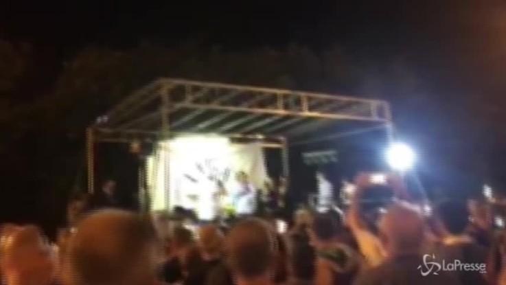 Salvini canta Albachiara alla festa della Lega ad Arcore
