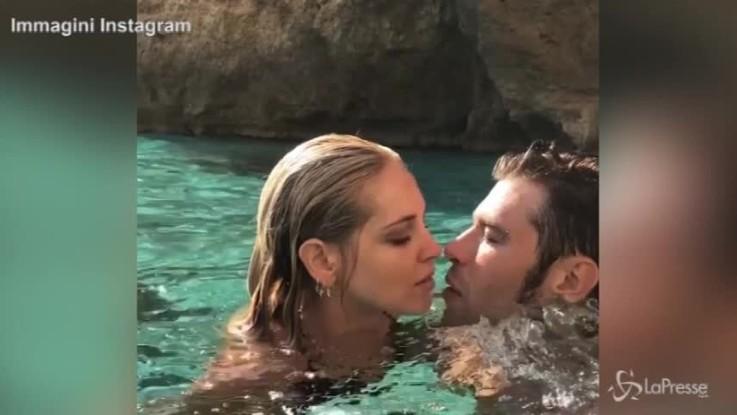 Ferragni-Fedez a Formentera: bacio acquatico con flop