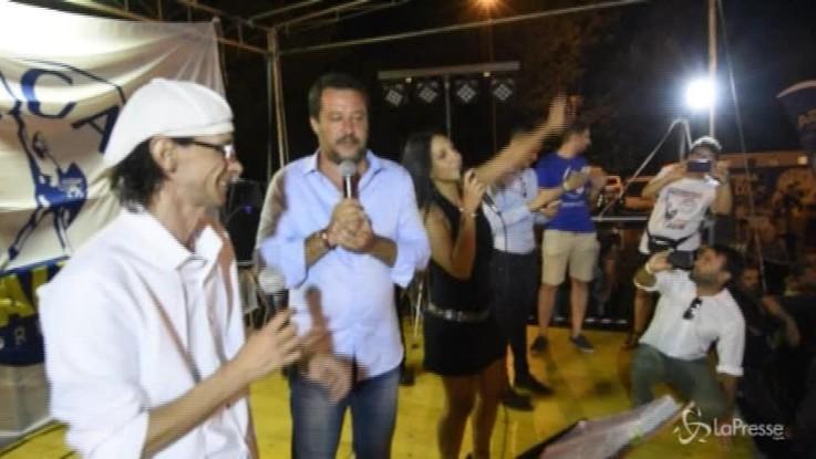 Omaggio di Salvini a Vasco: il ministro canta a squarciagola Albachiara