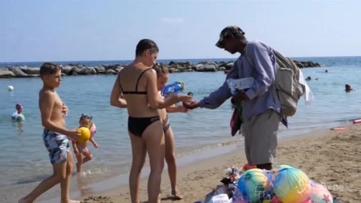 Liguria, gli ambulanti in spiaggia nonostante le nuove direttive