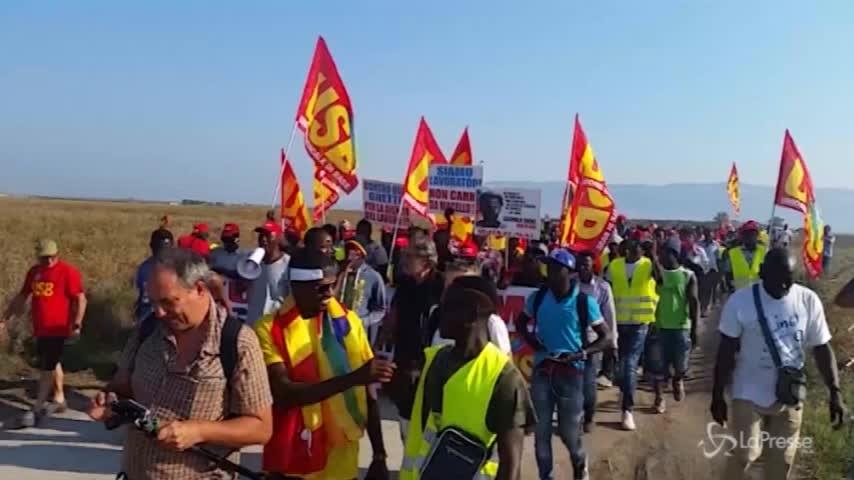 """Foggia, manifestazione dei berretti rossi: """"Mai schiavi"""""""