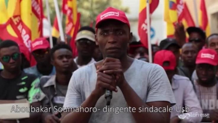 """Foggia, Aboubakar Soumahoro: """"Lavoriamo 16 ore al giorno per un euro all'ora"""""""