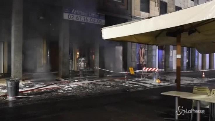 Milano, fiamme da una grata a due passi dal Duomo