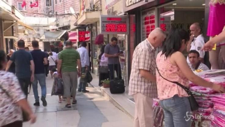 """Crolla la lira turca, Erdogan: """"Niente panico, ci aiuta Allah"""""""