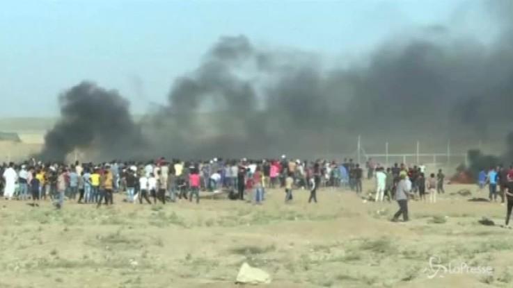Gaza, scontri al confine con Israele: decine di feriti