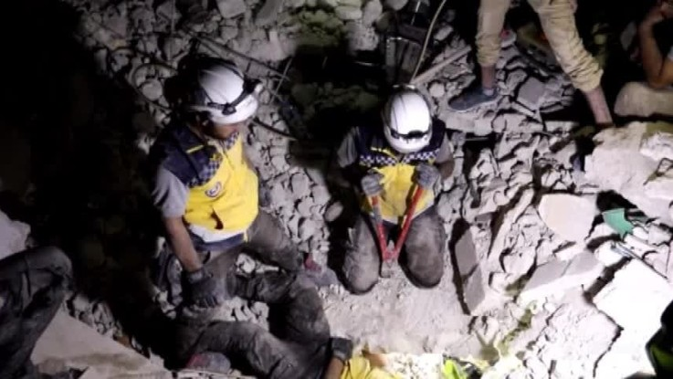 Siria, i Caschi Bianchi recuperano superstiti sotto le macerie