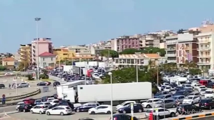 Esodo estivo: code all'imbarco traghetti per la Sicilia