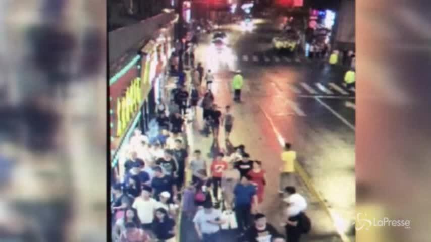 Shanghai, crolla un'insegna pubblicitaria sulla folla: tre morti