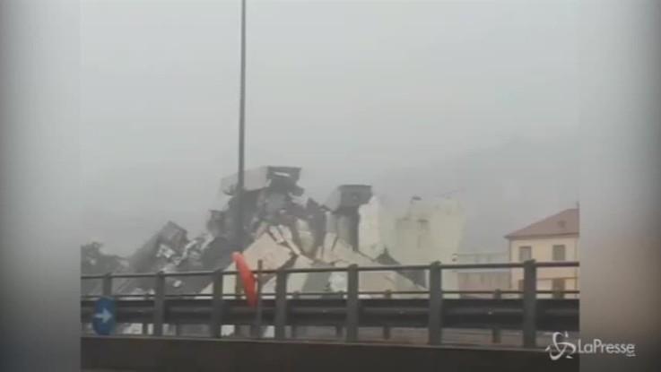 Genova, crolla ponte sull'autostrada