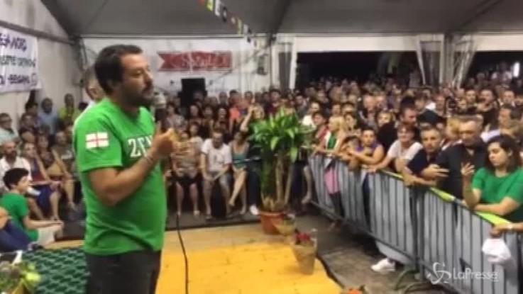 """Ragazza contesta Salvini a Pontida, il vicepremier la difende: """"Ti offro una birra"""""""