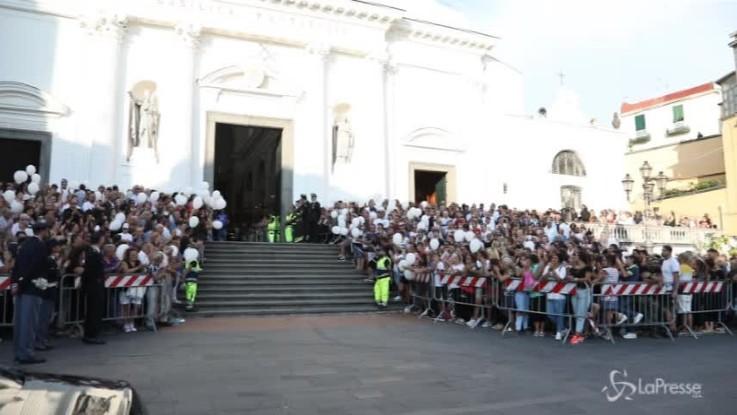 Vittime di Genova, l'applauso di Torre del Greco all'uscita dei feretri