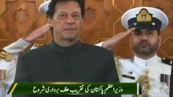 Pakistan, giura il nuovo premier Khan