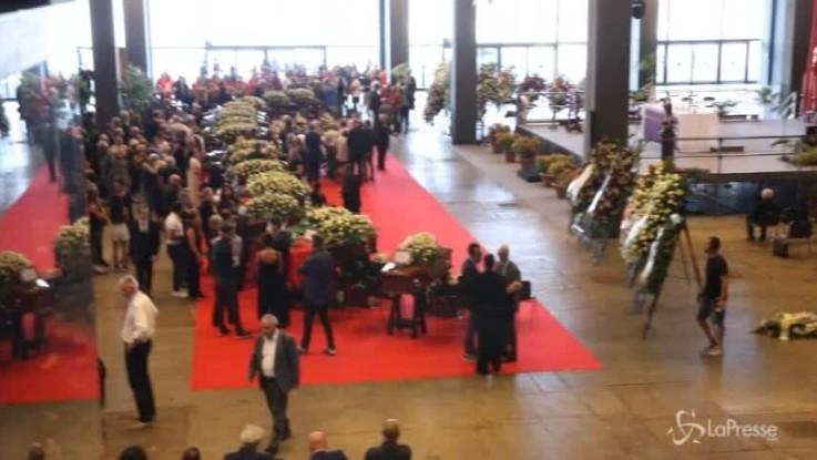 Funerali Genova: la folla al Padiglione per la messa