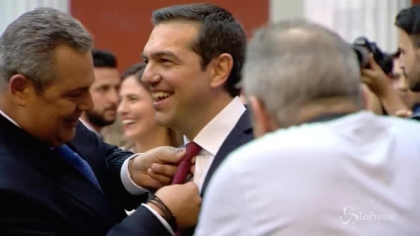 Fine commissariamento Grecia, Tsipras mantiene la promessa e indossa la cravatta