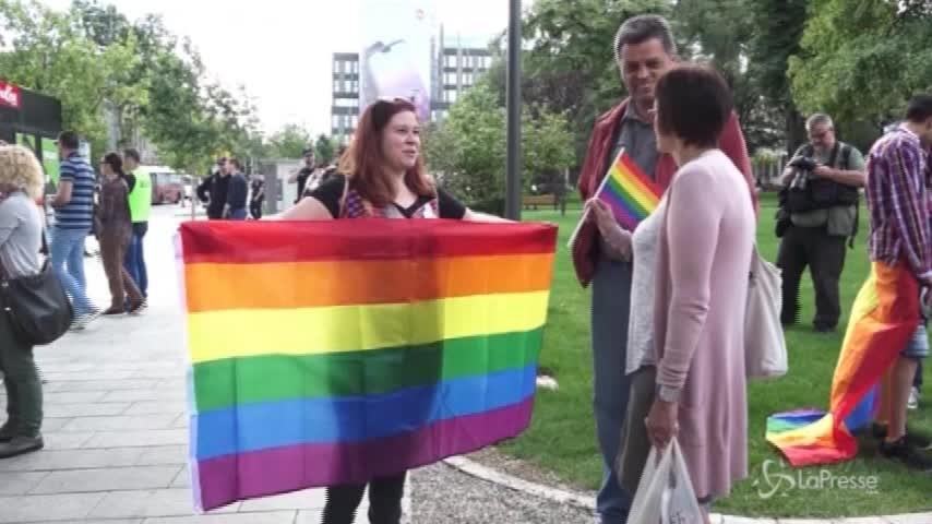 In centinaia al gay pride a Belgrado