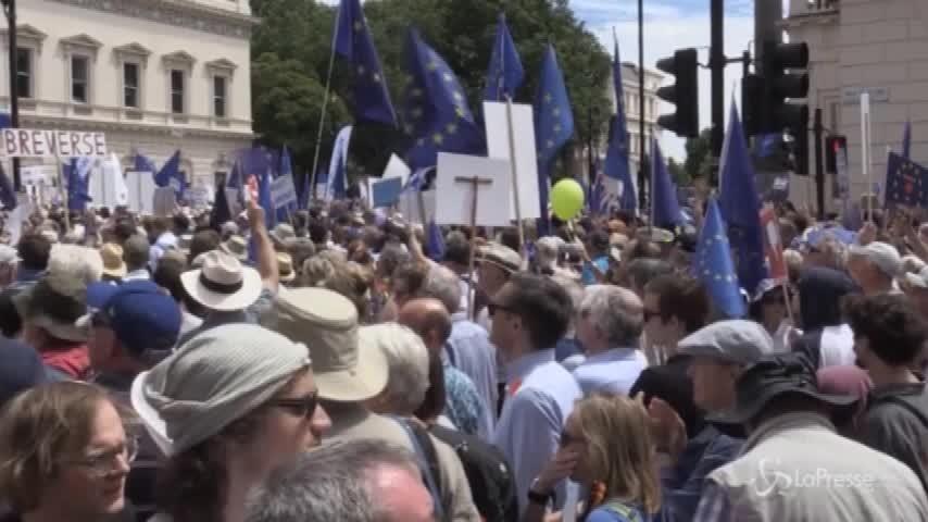 Londra, migliaia sfilano contro la Brexit e chiedono un nuovo referendum