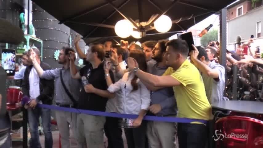 L'arrivo di Nainggolan a Milano, ad accoglierlo tifosi in delirio