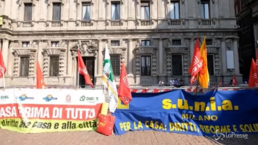 Milano, presidio contro gli sfratti davanti a Palazzo Marino