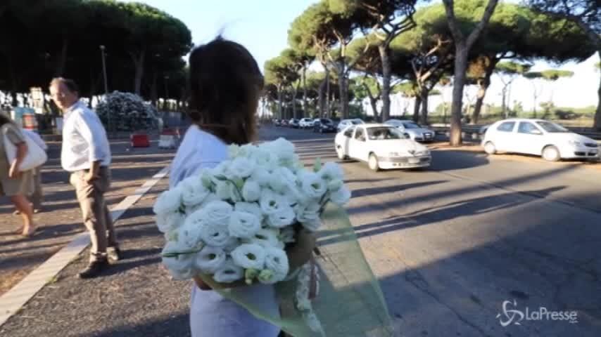 """Buche cerchiate di giallo a Roma per ricordare Elena, la mamma: """"Vorrei che l'amministrazione si muovesse"""""""