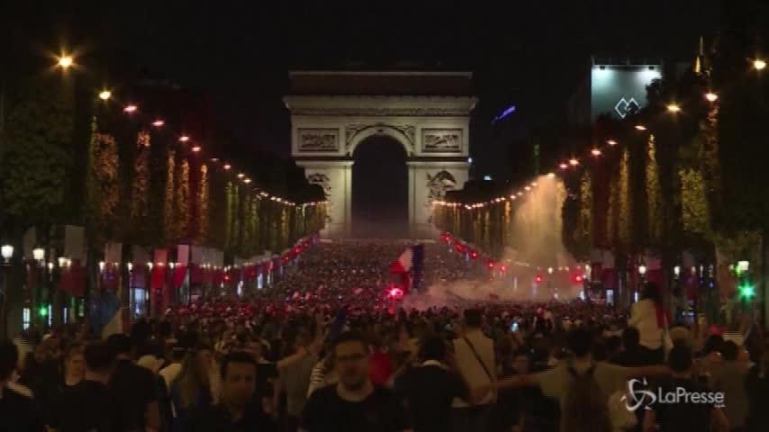 Russia 2018, Francia in finale, una marea umana invade gli Champs Elysees